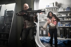 matt-damon-alice-braga-elysium-still